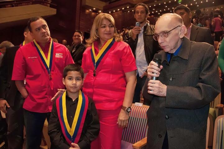 El maestro José Antonio Abreu junto a la Gobernadora Yelitza Santaella, el niño música Rafael Rincón, y el Superintendente Nacional Aduanero y Tributario, José David Cabello