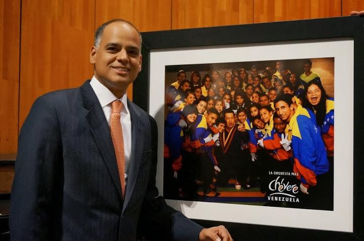 Además de llevar una misiva de felicitaciones enviada por el Presidente de la República Bolivariana de Venezuela a los músicos, el Ministro Izarra llevó a Salzburgo una fotografía del presidente Chávez junto a jóvenes miembros de El Sistema