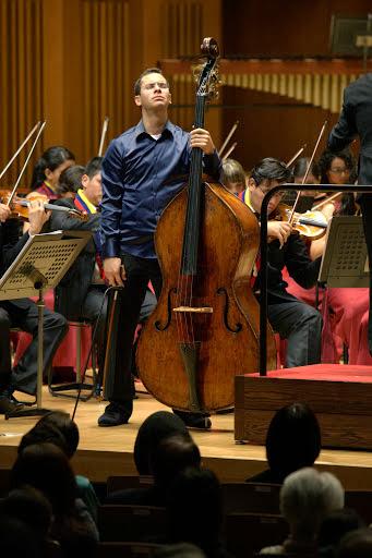 El contrabajista venezolano se mostró emocionado al compartir, por primera vez en tarima, con la Sinfónica Juvenil de Caracas