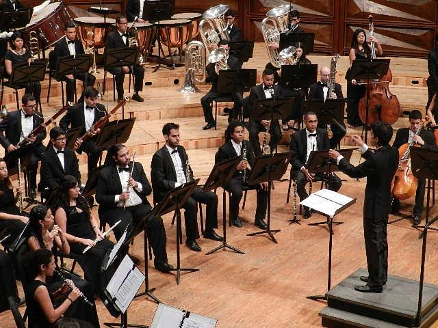 Anthony Pérez Dirige A La Banda Sinfónica Juvenil Simón Bolívar