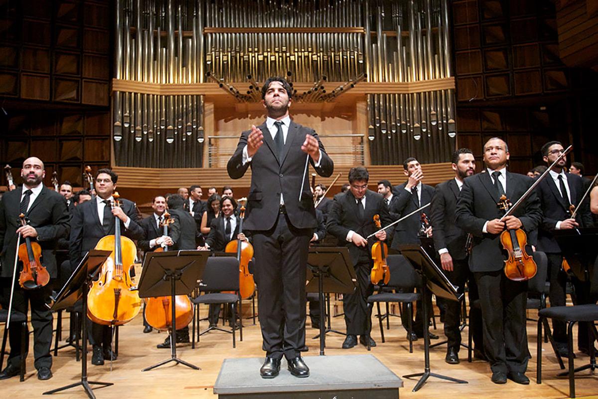 Domingo García Hindoyan Alza Su Batuta Para Dirigir La Opera De Nueva York