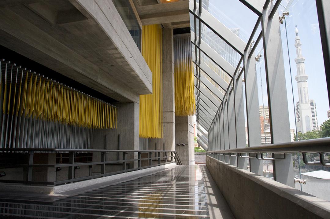 Fachada norte de la edificación: Gran virtual amarillo o Esfera de los músicos y la llovizna