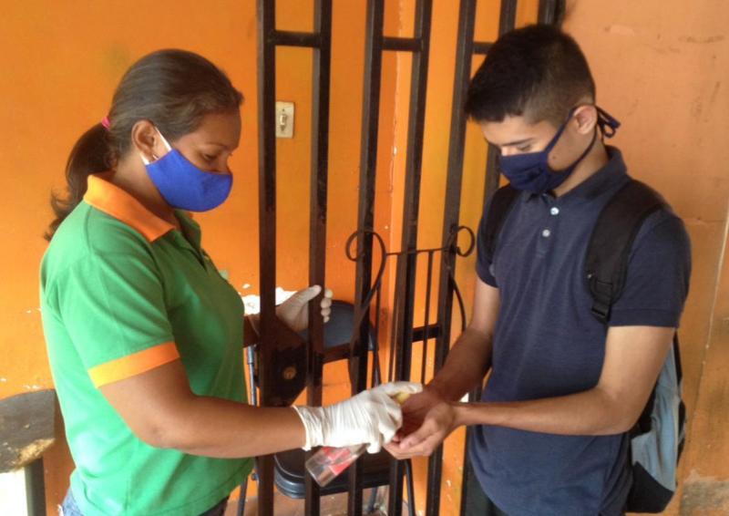 Una De Las Medidas De Seguridad Es Aplicar Gel Antibacterial Al Entrar A Las Instalaciones